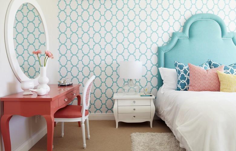 quarto com papel de parede estampado e cabeceira azul provençal