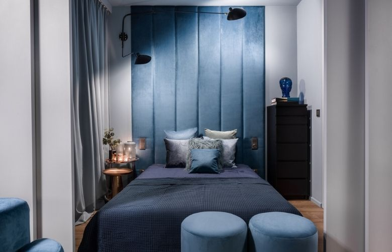 Quarto de Casal Pequeno Azul com decoração navy, pufes, painel estofado