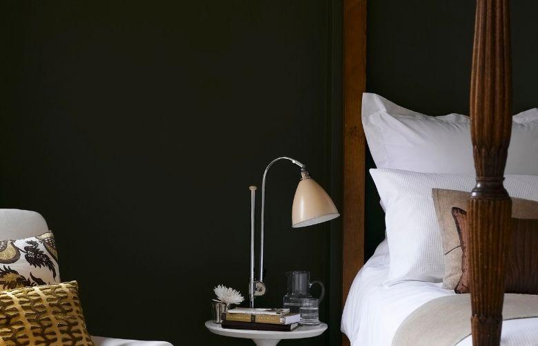 Quarto Perto com cama de madeira