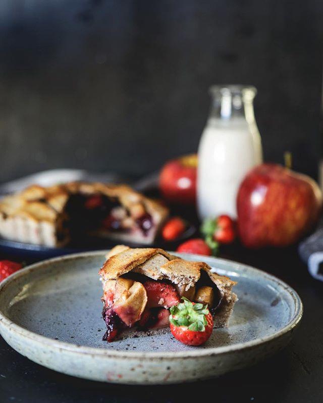 Helena Mazza dá dicas sobre food styling, foto de prato com torta de morango em prato cinza | westwing.com.br