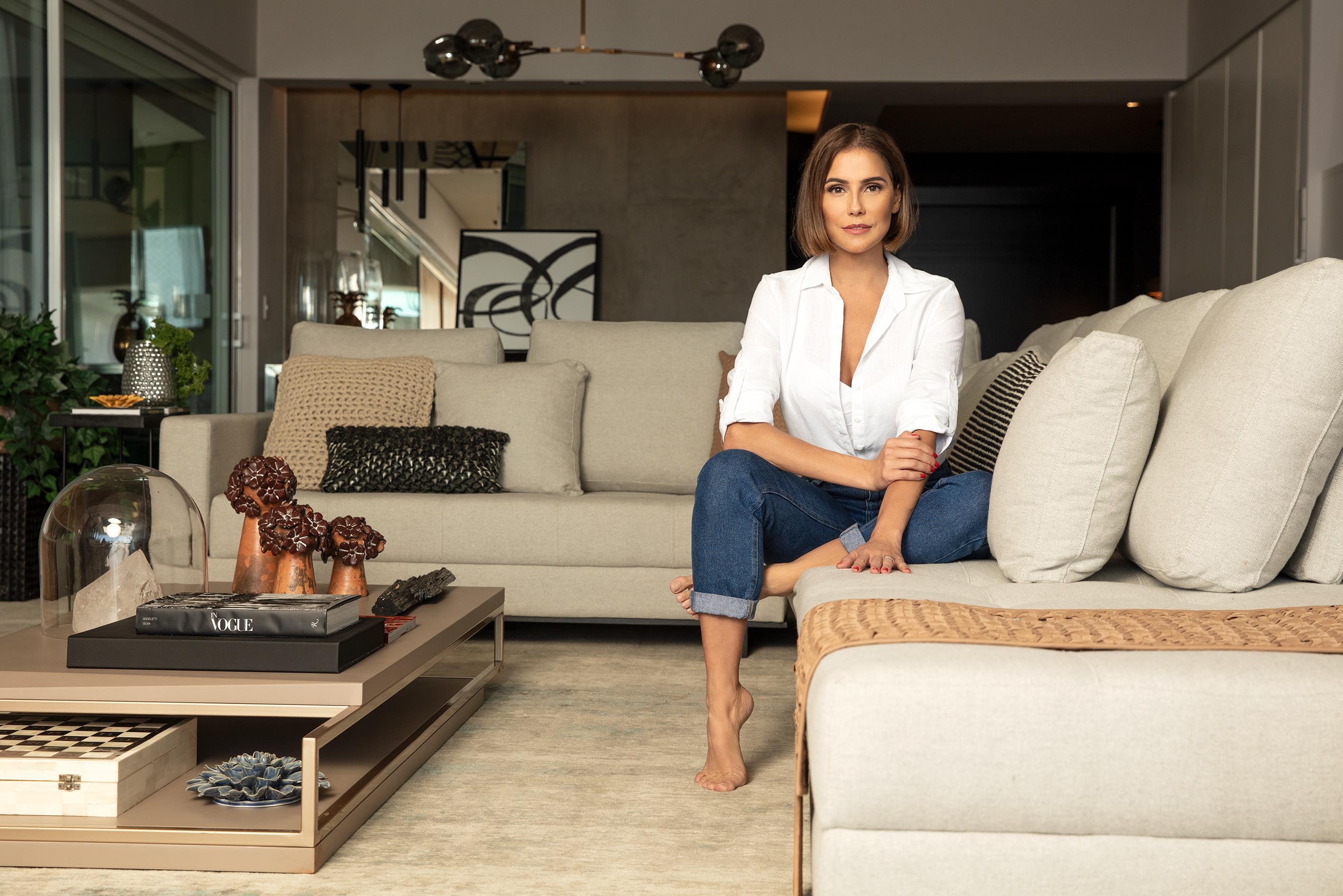 Deborah Secco em sua sala de estar decorada | westwing.com.br