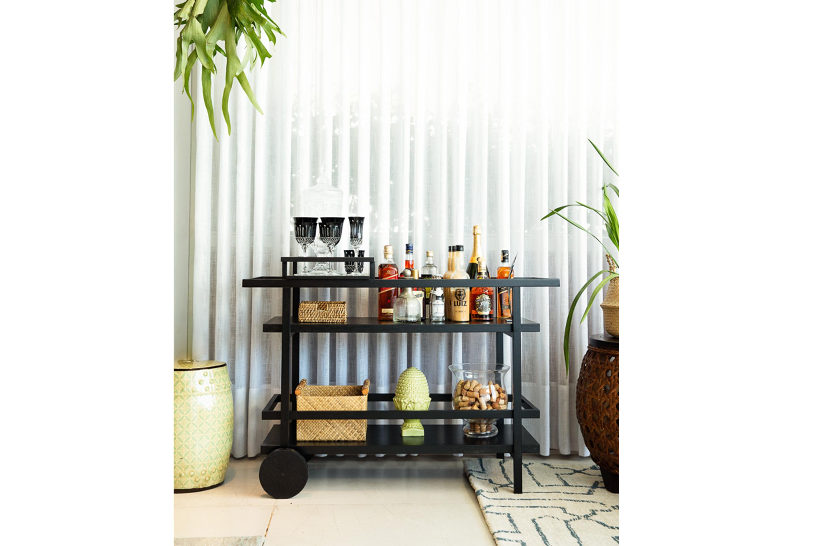 Deborah Secco abre a sua casa, carrinho bar | westwing.com.br