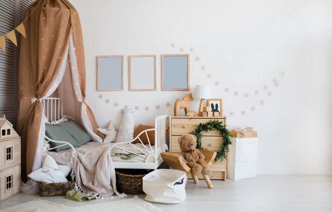 quarto montessoriano feminino com cama baixa e decoração em estilo boho