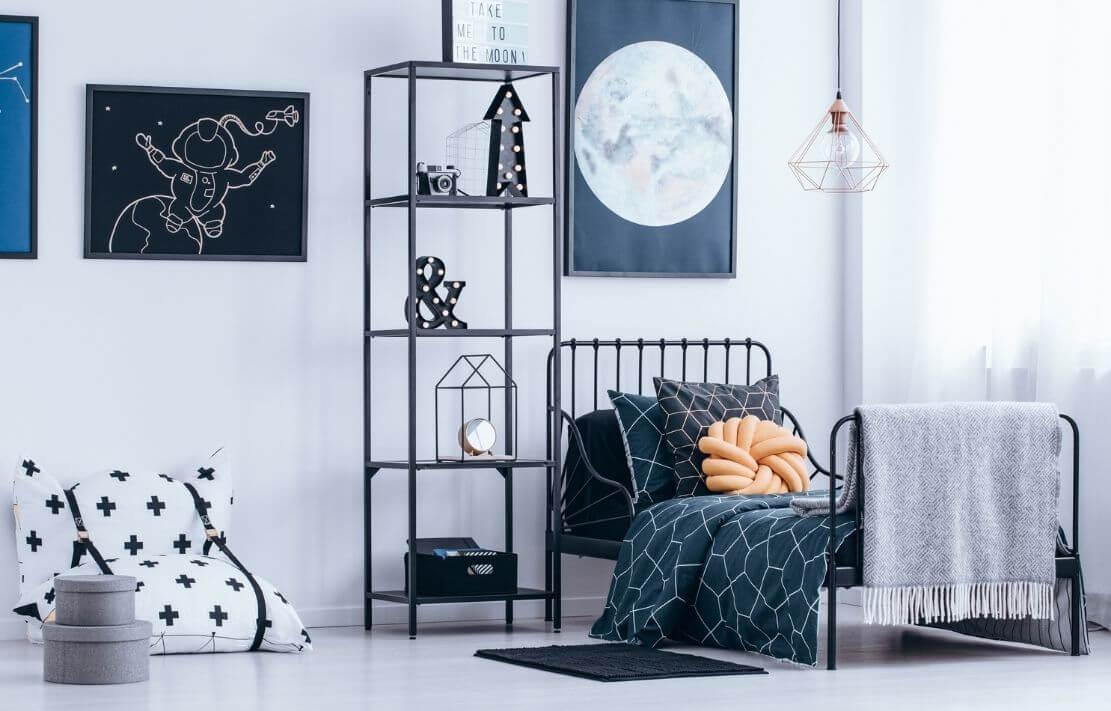 quarto montessoriano com cama baixa, decoração com quadro e moderna