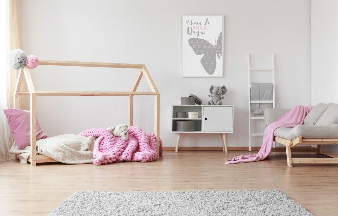 quarto montessoriano feminino com cama baixa cor de rosa