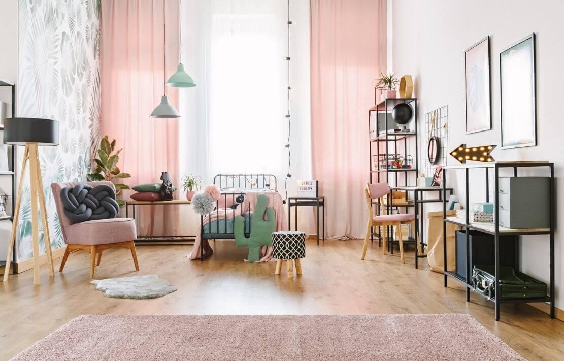 quarto montessoriano feminino com cortinas e móveis na cor rosa, cama baixa e tapete