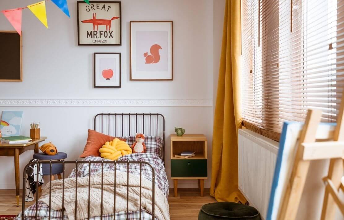 quarto montessoriano infantil colorido com almofadas e cama baixa