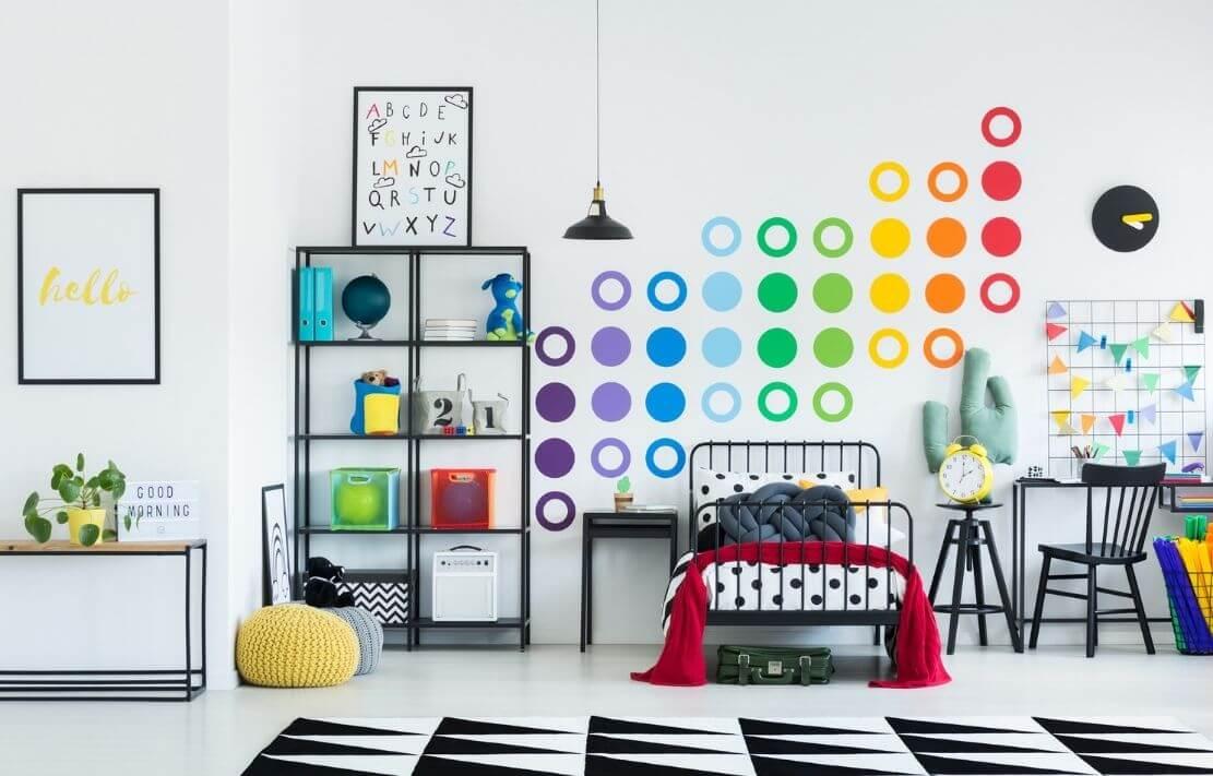 quarto montessoriano masculino com decoração colorida e cama baixa de metal