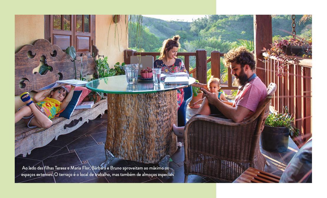 Foto da família na varanda da fazenda Santa Esther: local que escolheram para morar com as duas filhas pequenas