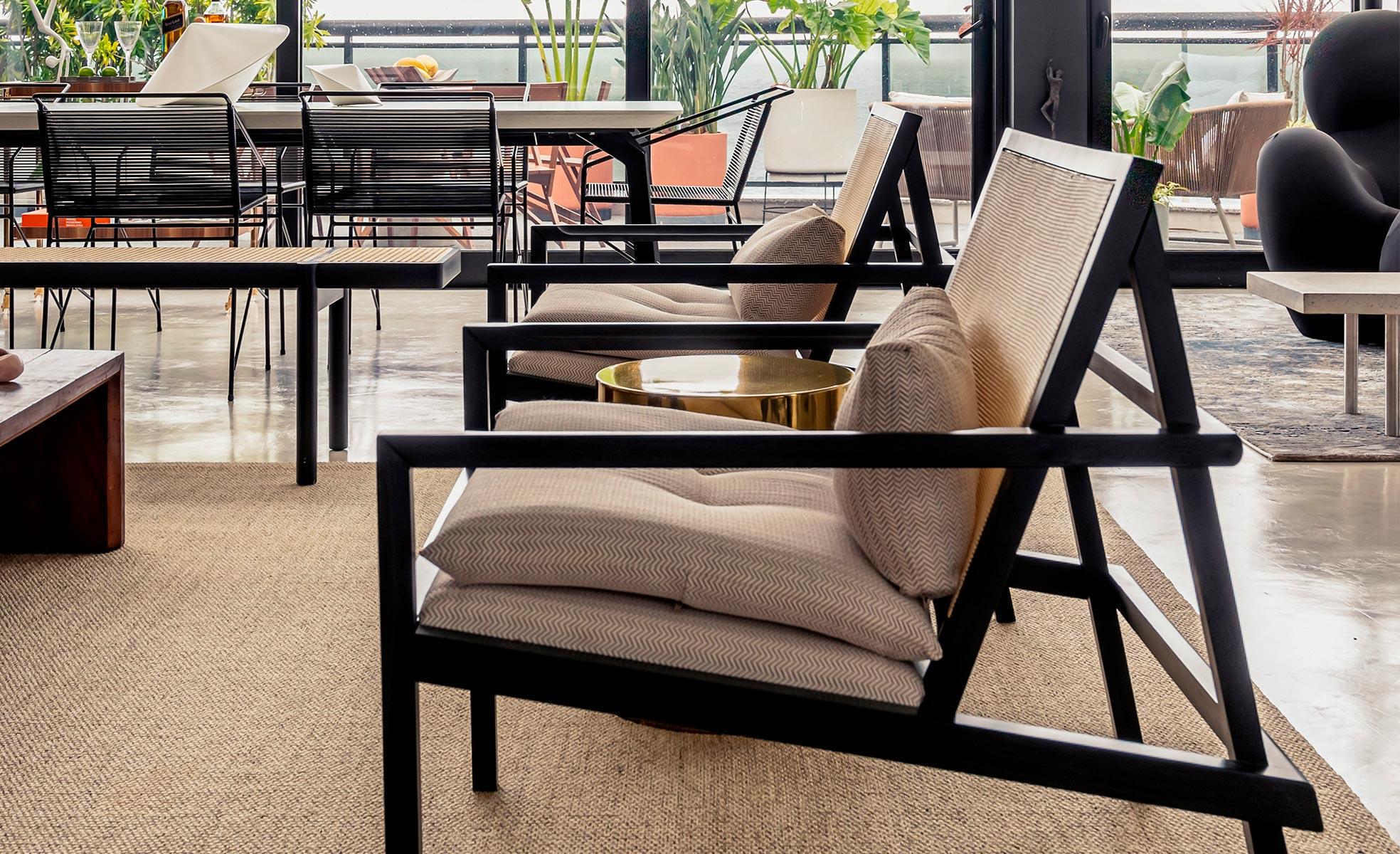Poltronas de madeira e palhinha da sala de Giovanna Antonelli | westwing.com.br
