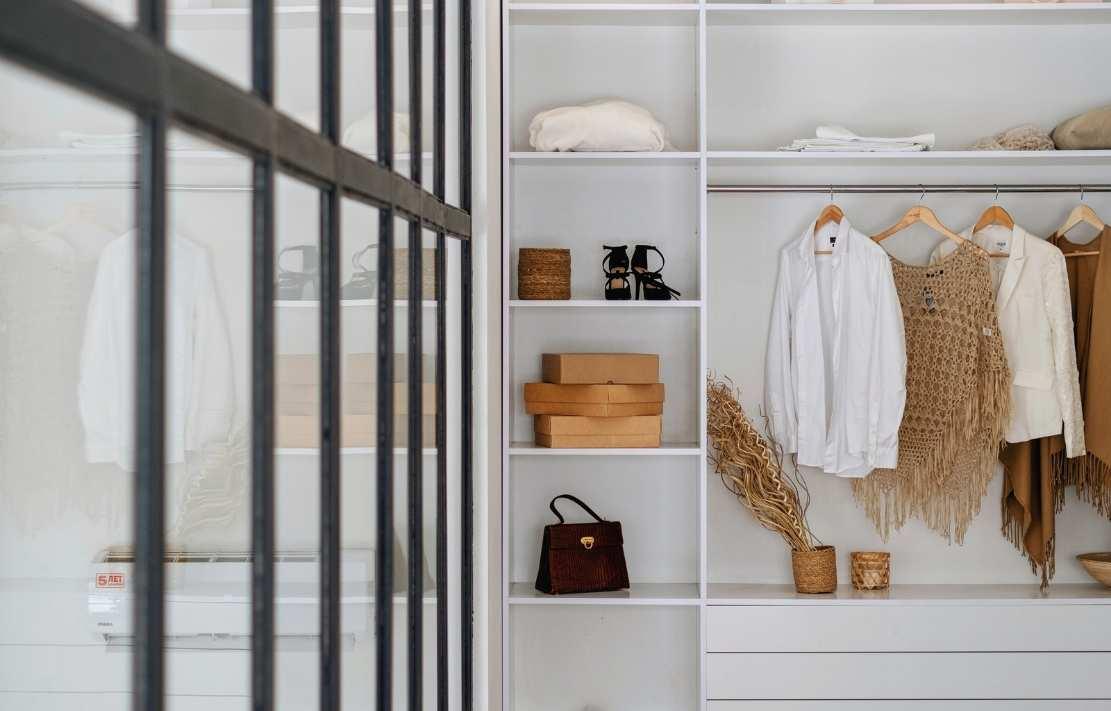 dicas para organizar o guarda roupa, guarda-roupa branco com roupa em tons terrosos, sapatos e caixas