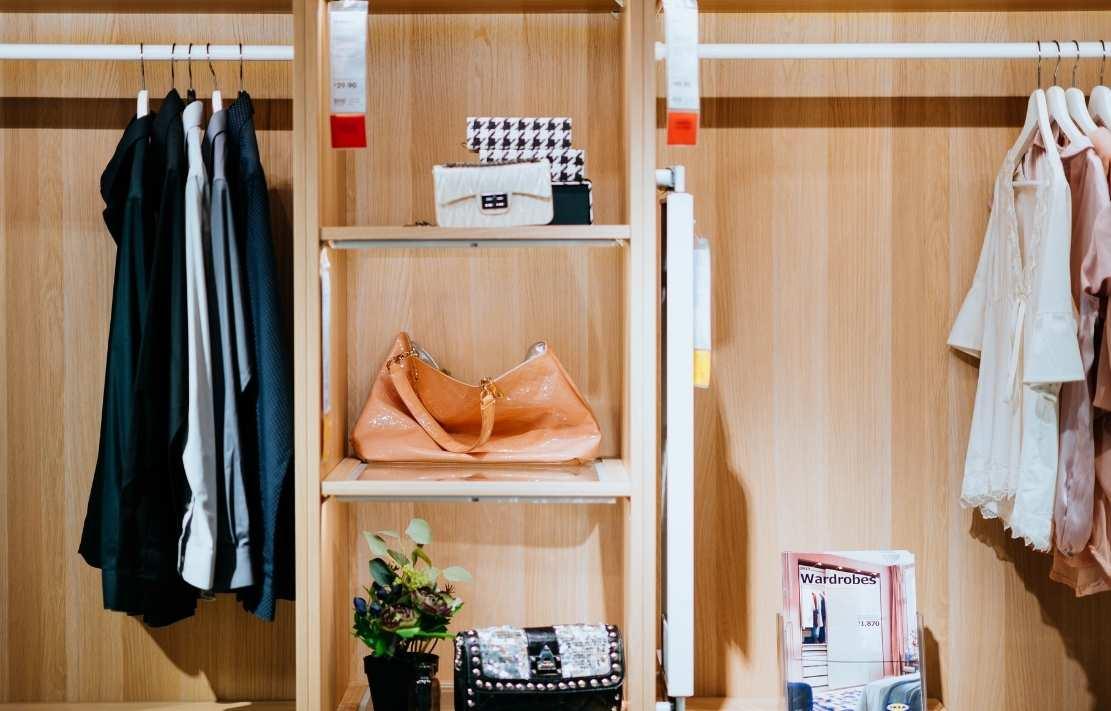 dicas para organizar o guarda roupa, guarda-roupa de madeira com roupas e bolsas