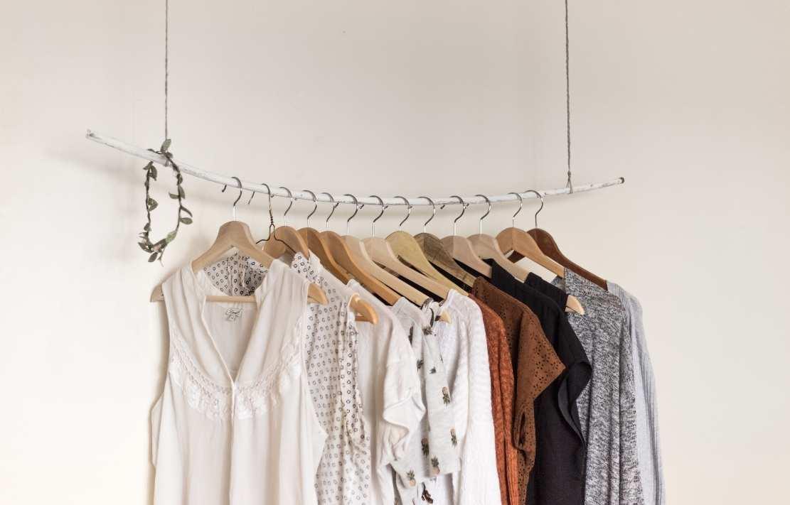 roupas organizadas em um cabideiro de metal
