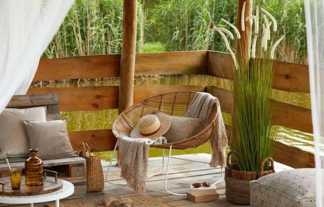 decoração de varanda com plantas e móveis de fibra natural, estilo de decoração natural